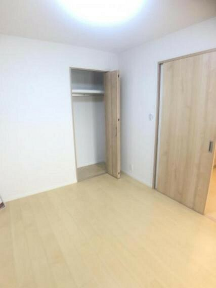 家具を置きやすい長方形の洋室です。