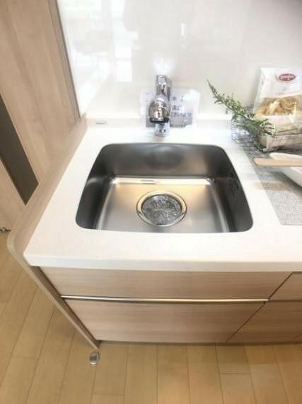 キッチン 浄水器内蔵型ハンドシャワー水栓を採用しています。ワンタッチ式で浄水機能に切り替えができます