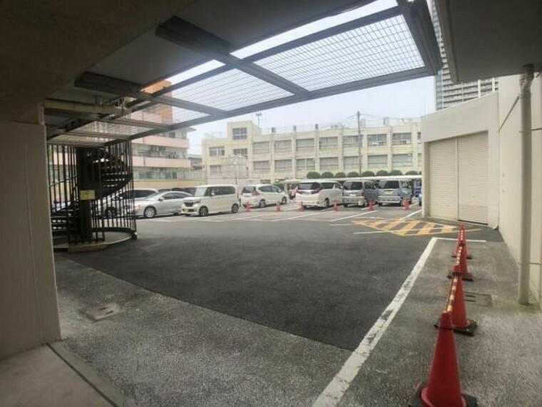 敷地内駐車場 時間がない時でもらくらくと車の出し入れができる平置き駐車場