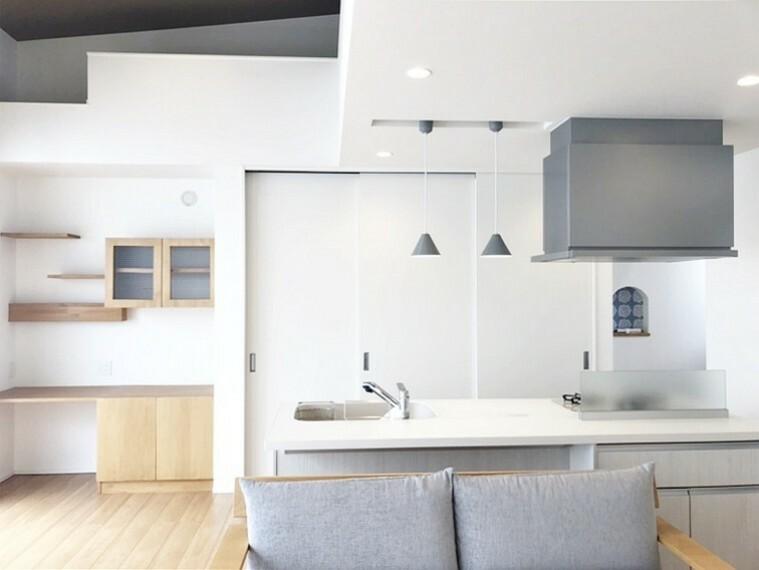 居間・リビング リビングには床暖房が備えられており、冬場でも足元はポカポカですね  キッチンの反対側にはウォークインクローゼットもございます!