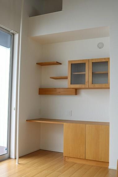 居間・リビング リビングにはワークスペースが備えられています。テレワークをいつでも始められますよ。
