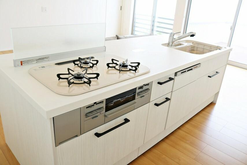 キッチン 食器洗浄乾燥機付きの開放的なアイランドキッチンです。 キッチン裏には容量充分なスライド扉の収納付き!家電類もスッキリしまえます。