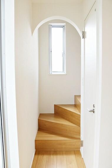 階段を上がる時にはアーチ形の天井をくぐります。お家のいたるところに可愛らしい意匠を見つけられますよ