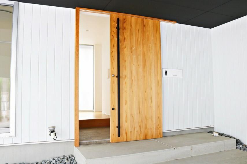 共用部・設備施設 土間収納付きの玄関は木目がお洒落な引き戸が特徴的!玄関奥には大きなはめ込み窓があり、太陽の光をお家の中に注いでくれます。