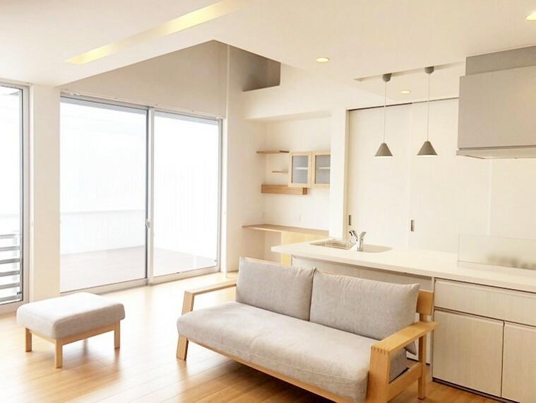 居間・リビング リビングは19.2帖!ダウンライトが瀟洒な雰囲気を創り上げています。