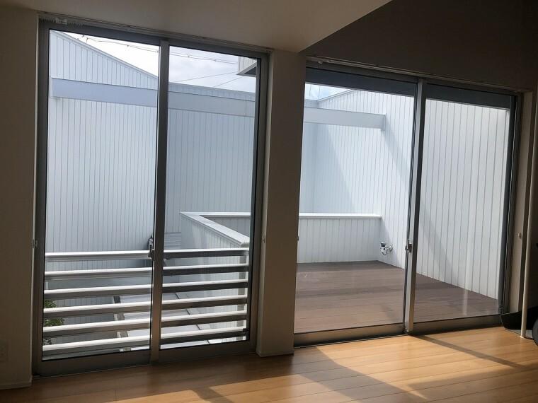 バルコニー リビングからは地続きのテラスに出られます。白色の外壁でプライバシーを守りつつも、圧迫感を感じさせない造りになっています。