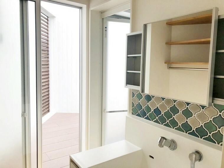 洗面化粧台 デザイン性の高いシャンプードレッサーを備えた洗面所です。反対側には洗濯機置き場・リネン収納が設けられ、地続きのテラスにも出られますよ。