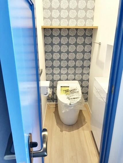 トイレ 2階のお手洗いは壁紙や建具に北欧デザインがあしらわれております。カウンターや棚も備えられ、実用性も充分!