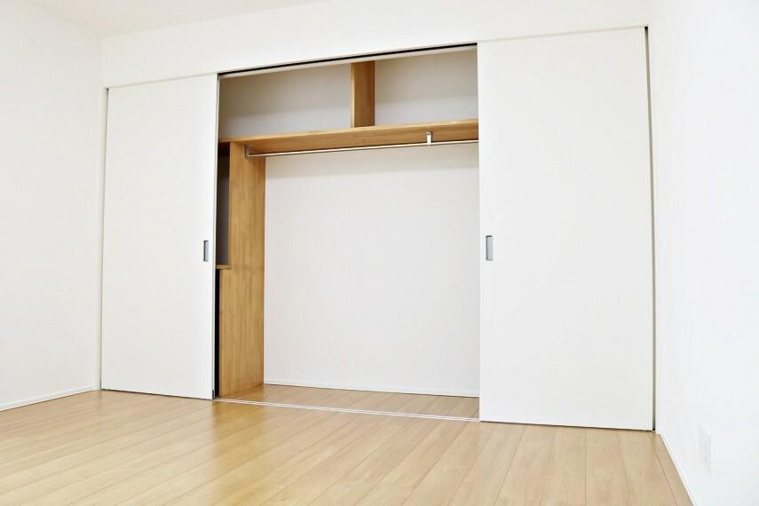 寝室 1階の7.5帖の洋室は壁一面のクローゼット!衣服を吊るすだけでなく、棚もあるのでいろいろなものを収納できますね。