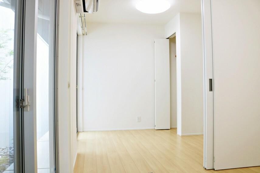 洋室 4.2帖・4.3帖の洋室は真ん中の戸を開けば1つの部屋に大変身!もちろん、2部屋として使うこともできますよ。