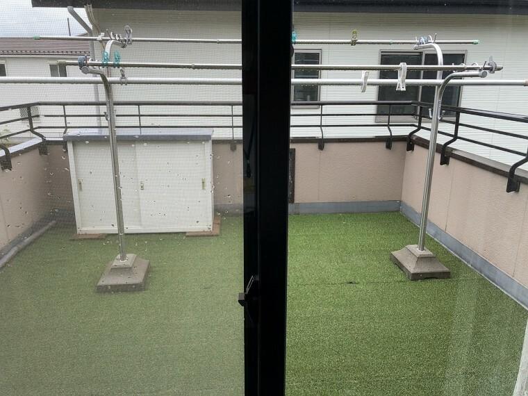 バルコニー  2階洋室2部屋から出入り可能な南面・ワイドなバルコニーには洗濯物もたくさん干せます!