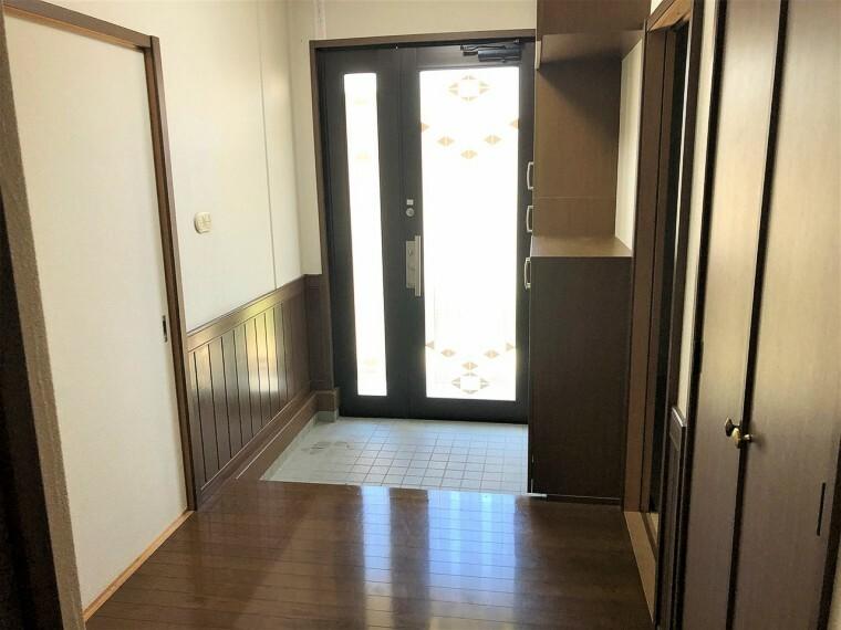 玄関  玄関も広々していて収納も十分にあります。