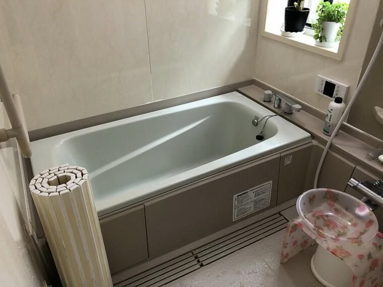 浴室  窓付きのバスルームは、採光もあり明るく気持ちの良い空間です。窓があることで日中の入浴も気持ちよくお使い頂けます!
