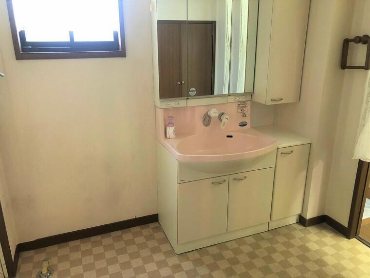 洗面化粧台  フラットな鏡でお掃除しやすい3面鏡化粧台!鏡後ろには日常的に使うもの、下には洗剤の詰替えなど大容量に収納できます!