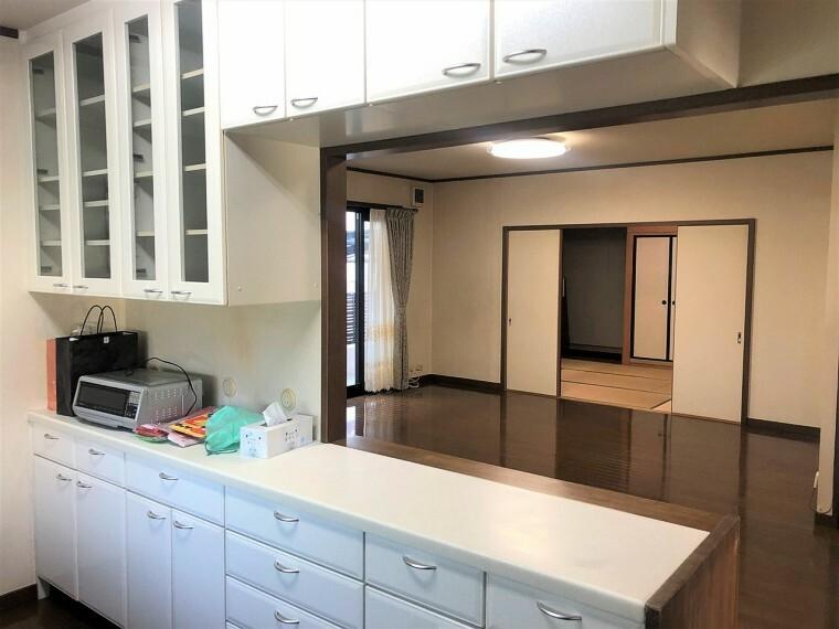 キッチン  キッチンに大容量の収納があり、食器からキッチン家電が全てすっきり片付きますね