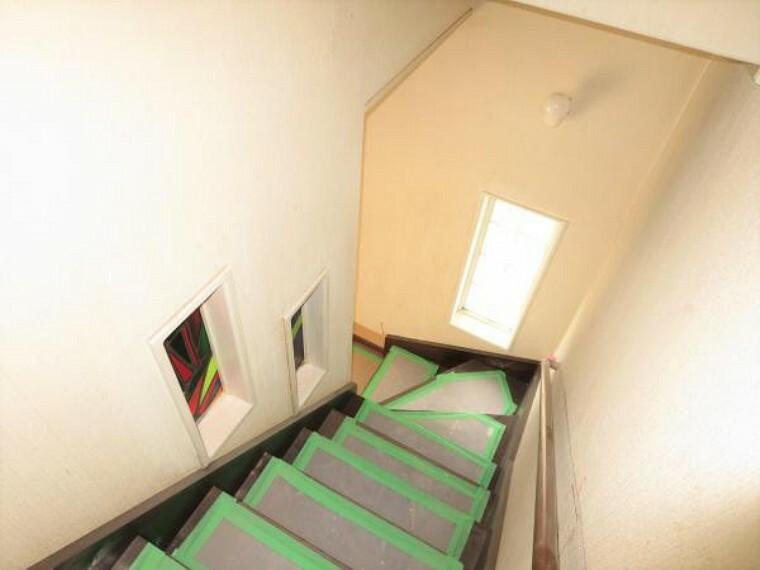 【リフォーム中】階段廻りはクロスを張り替えます。手すりをしっかり点検、お子さまやご年配の方の上り下りでも安心です。