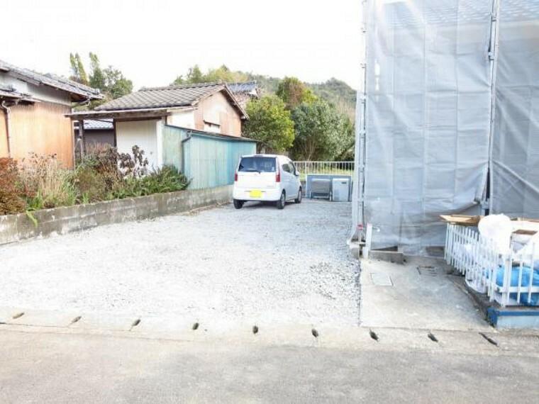 外観写真 【リフォーム中】前面道路は約4.5m、角地で解放感があります。倉庫を解体して駐車スペース3台を確保します。