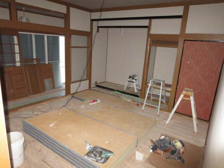 和室 【リフォーム中】1階8畳和室は、畳の表替え、襖と障子の張替え、壁と天井のクロスも張り替えに合わせて照明器具も交換します。縁側へと続き、落ち着く和の雰囲気が漂ってきます。