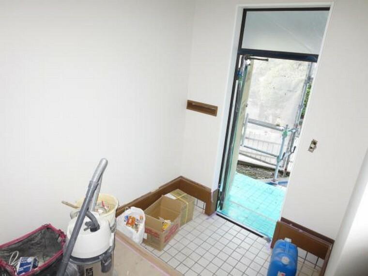 玄関 【リフォーム中】玄関内部のタイルはクリーニングで磨き、新しいシューズBOXを設置します。壁と天井のクロスは張り替えて明るいホールとなります。