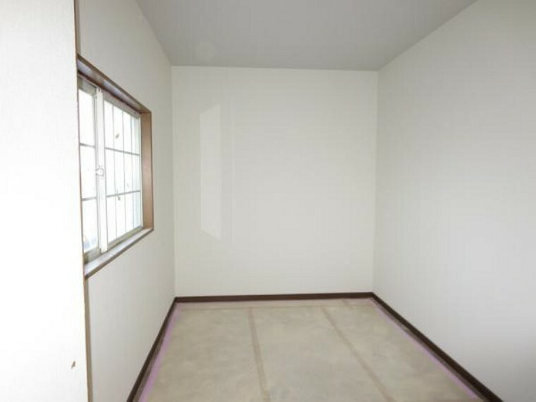 洋室 【リフォーム中】2階の洋室から続く5帖のフリースペース。書斎や趣味の部屋として活用してはいかがでしょう。フローリングの上張り、クロスを張り替えます。