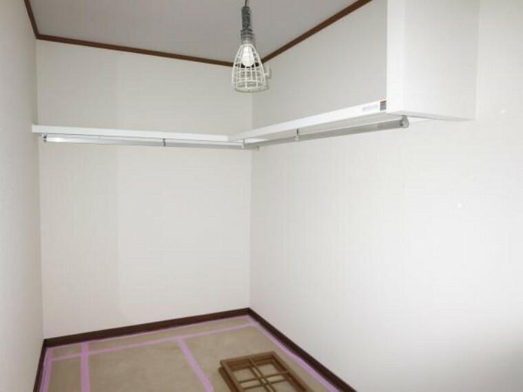 収納 【リフォーム中】2階洋室から続く4帖の収納室です。フローリングの上張りとクロスの張替えをします。嵩張る衣類や備品もたっぷり収納可能です。