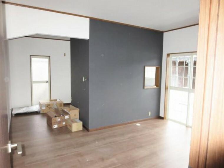居間・リビング 【リフォーム中】リビング施工中。リビング入り口の建具は交換、キッチンの間仕切りは開口を広げて家族が見えるように仕上げます。床・壁・天井は張り直して気持ち良くくつろげます。