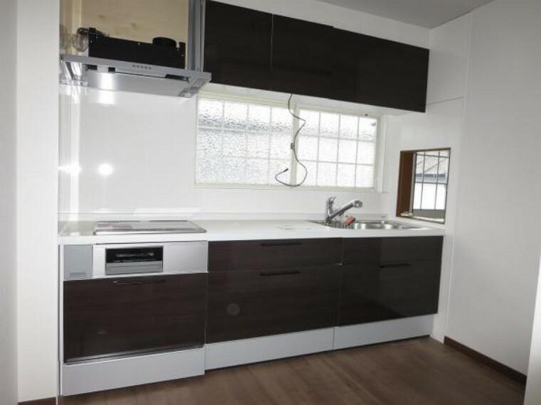 キッチン 【同仕様写真】Housetec製のシステムキッチンに交換します。熱や傷に強い人工大理石のワークトップが魅力、HIタイプ、薄型フードの換気扇、引き出し式の収納で調理もお手入れも捗ります。
