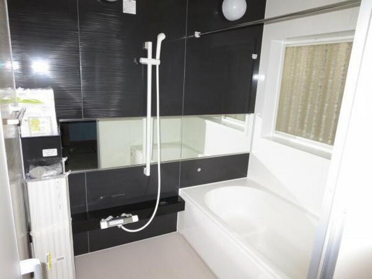 浴室 【リフォーム中】浴室はハウステック製の新品のユニットバスに交換中。スタイリッシュなグレー系のフロントパネル仕様。お湯張り、追い炊きがリモコンで楽にできます。1日の疲れをゆっくり癒すことができますよ。