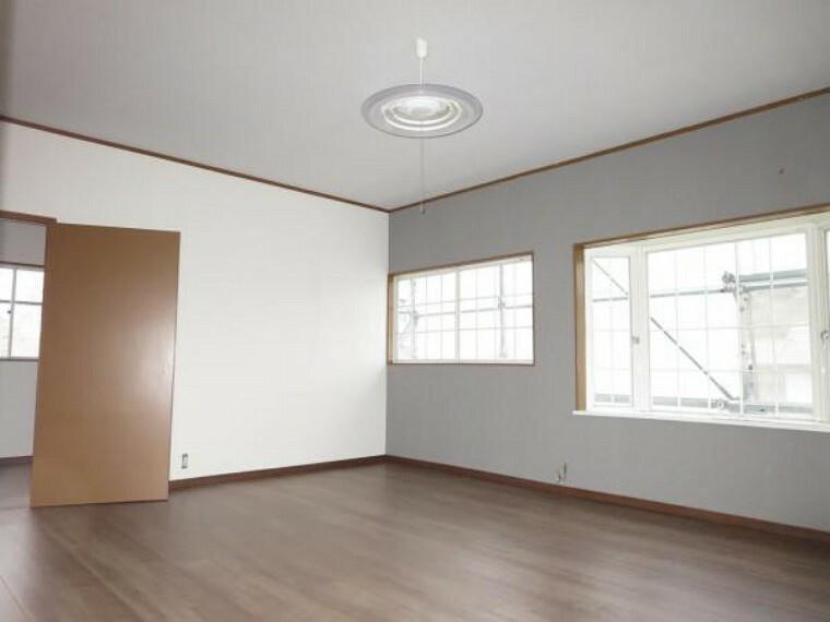 洋室 【リフォーム中】2階洋10帖半洋室。フローリングの上張り、クロスの張替え、新しい照明器具を設置します。収納室の納戸へ続き、家具を置いても十分な広さの居室となります。