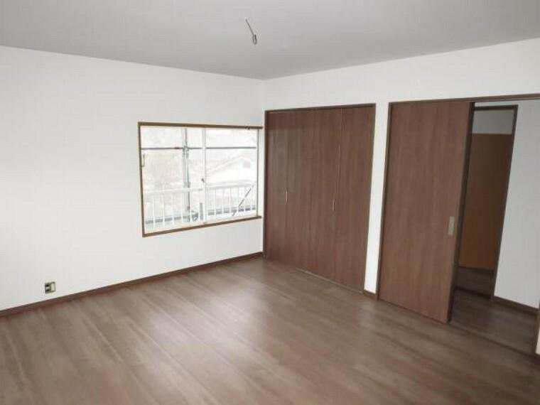 洋室 【リフォーム中】2階9帖の洋室はフローリングの上張り、クロスの張替え、押入れをクローゼットへ変更します。窓は2方向で明るい居室となります。