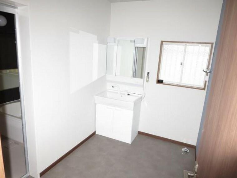 脱衣場 【リフォーム中】脱衣場廻り解体中。湿気があるので床、壁、天井すべて張り替えます。毎日、清潔にご使用いただけます。