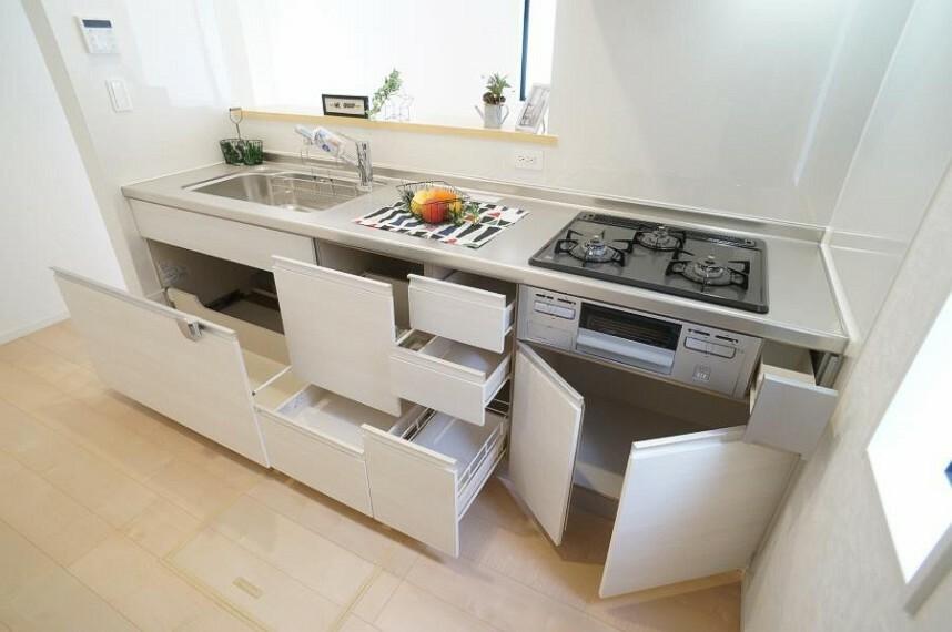 キッチン たっぷりの収納力を備えたシステムキッチン