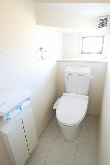 同仕様写真(内観) トイレ 同仕様 温水洗浄便座 寒い季節も快適です