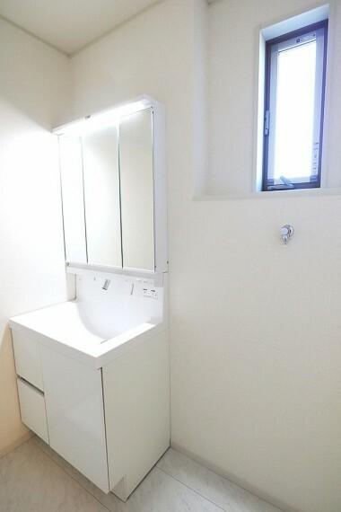 同仕様写真(内観) 洗面所 同仕様 シャワー付き洗面化粧台  朝の身支度もラクラクです