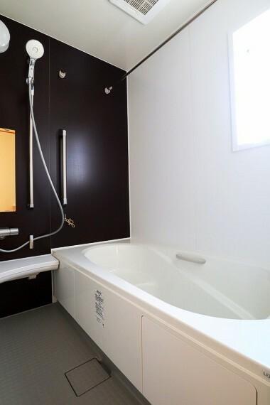 同仕様写真(内観) 浴室 同仕様 一坪サイズの浴室に足の伸ばせる浴槽  浴室暖房乾燥機付きなので、雨の日のお洗濯に便利ですよ