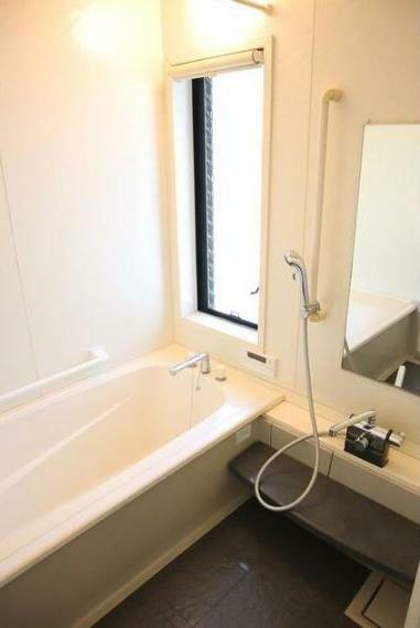 浴室 追い焚き機能、浴室暖房、浴室乾燥機付き。