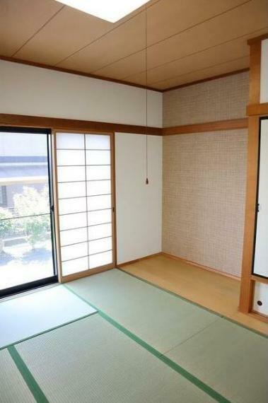 和室 1階6帖の和室。 和室の扉を開けてLDKとつなげると開放的な空間に。