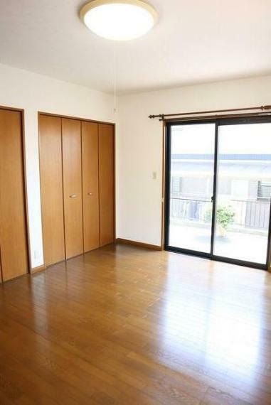 洋室 1階10帖の広々とした洋室。 窓辺からの日差しがあたたかさを演出します。
