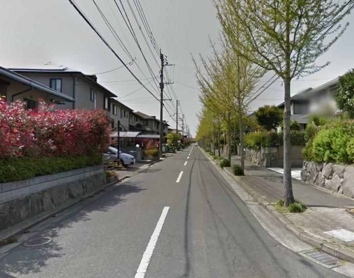 前面道路写真。 大型の分譲地内の宅地ですので、区画割り等されております。