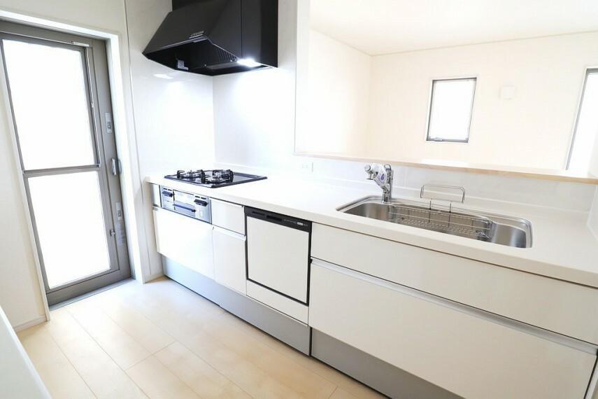 同仕様写真(内観) キッチン 同仕様 使い勝手の良いカウンターシステムキッチン  対面式なので家族の様子を見守りながら家事ができますね