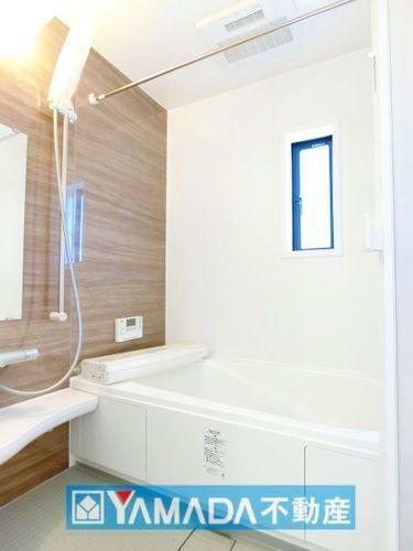 浴室 浴槽にはベンチスペースがあるので半身浴や小さなお子様も座ることができ安心快適です。
