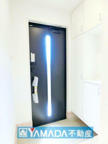 玄関 玄関です。シューズボックスにはオプションで姿見を付けることもできます。出かける前の身だしなみチェックもバッチリです。