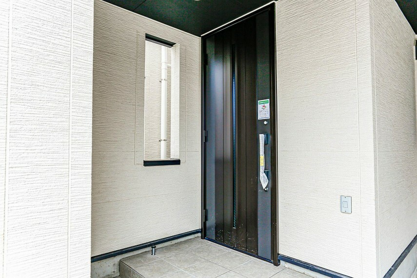 玄関 玄関へのアプローチ。居住者の帰り、訪れる方を優しく迎える・安らぎに満ちた生活空間を予感させる。健やかな暮らしを楽しめそう。