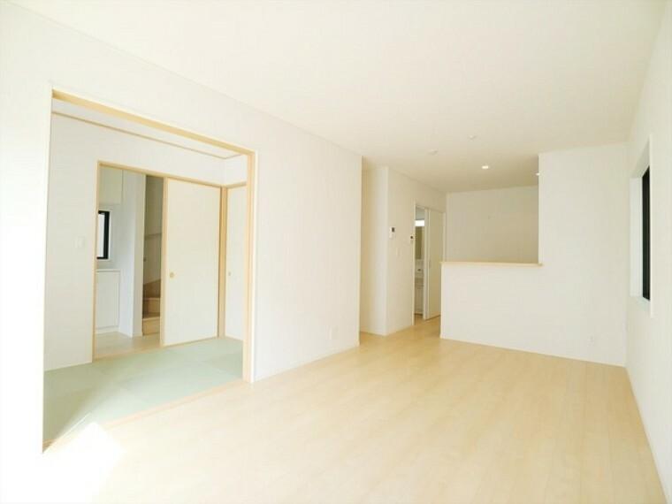 居間・リビング 和室も隣接したゆったりリビング。 キッチンから洗面所の家事動線もばっちりです!