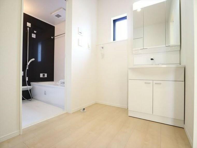 洗面化粧台 広々した洗面所は、お風呂上りも気持ちが良いですよ!