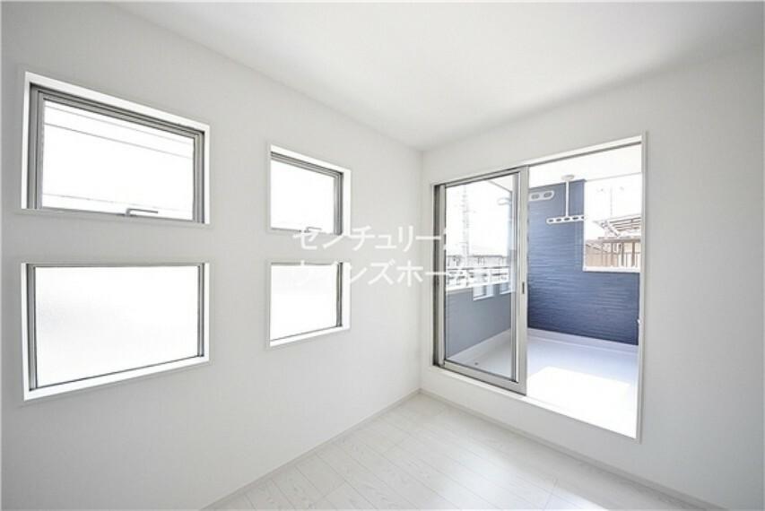 寝室 窓が沢山ついているので、調光もたのしめちゃう!