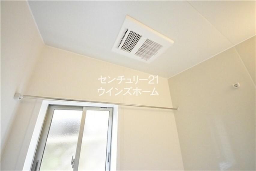 浴室 浴室内の換気扇。洗濯物干し用のスペースもご用意。