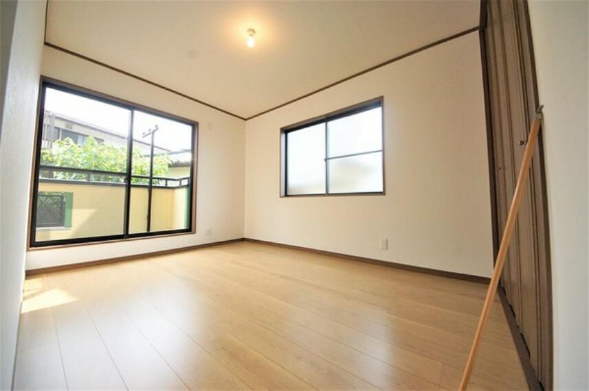 洋室 収納もしっかりとれていて、陽当たりも良く明るい居室。