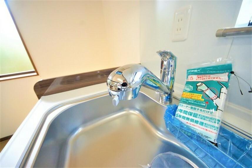キッチン シャワーヘッド内部に浄水カートリッジを内蔵。サポート体制も充実しているので、安心してお使いできます。