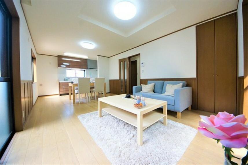 居間・リビング フローリングの色が馴染みやすく、家具を選ばないデザインですのでインテリアも愉しめそうです。